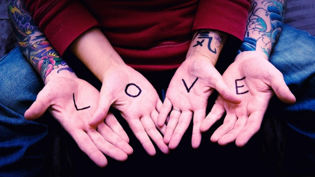 4 mains écris LOVE
