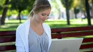 fille sur un banc